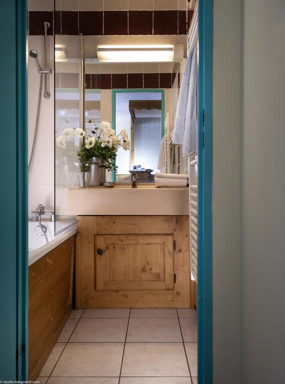 Image of a bathroom at the residence