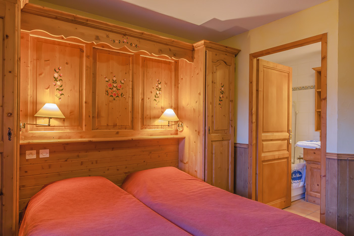 Image of a twin bedroom opening into bathroom at Les Balcons de Val Thorens