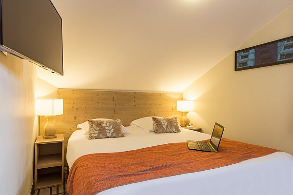 Image of a double bed in a bedroom at Les Terrasses d'Helios