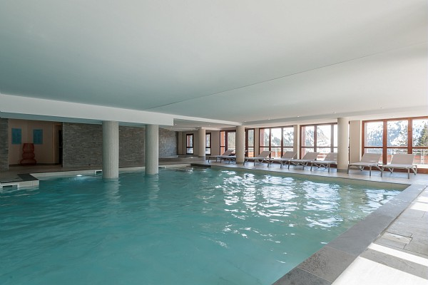 Image of the swimming pool within Les Terrasses d'Helios
