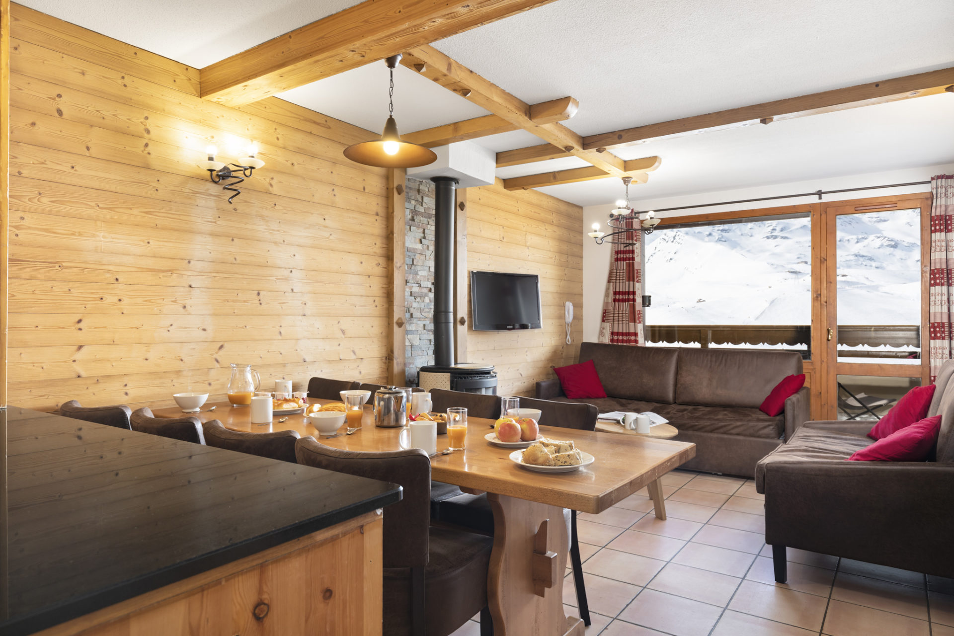 Image of the dining area and living area in an apartment in Les Balcons de Val Thorens