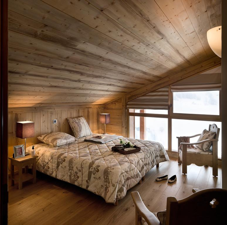 Image of a double bedroom with wooden interior in an apartment in La Ferme du Val Claret