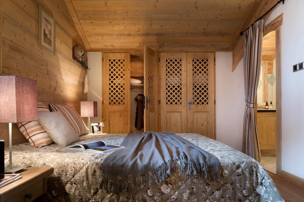 Image of a double bedroom with ensuite in La Ferme du Val Claret