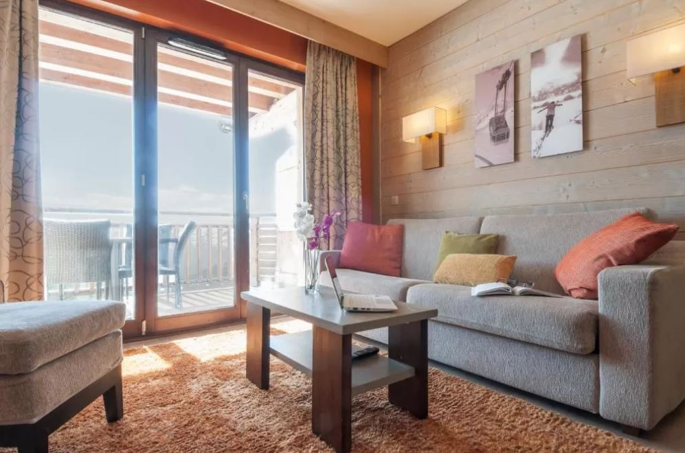 Picture of a living area and balcony in the residence L'Amara Avoriaz