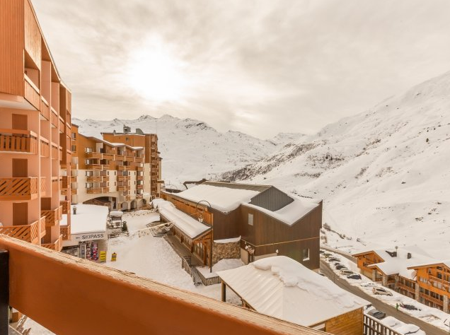 Image of the view overlooking the piste from the balcony of an apartment in Residence Aconit