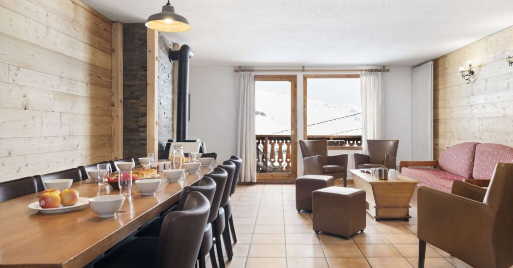 picture of the living and dining area in val chaviere val thorens