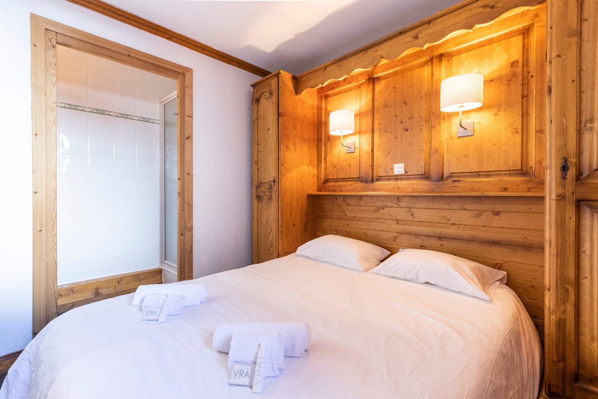 An image of a double bed in a bedroom in Chalet des Neiges Residence Hermine