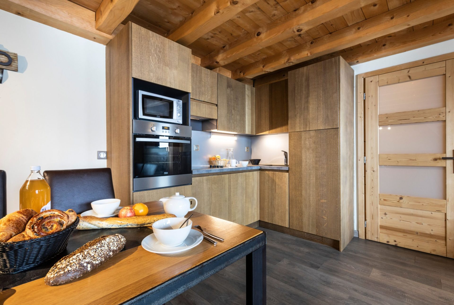 An image of the kitchen facilities in an apartment in Chalet des Neiges Residence Hermine