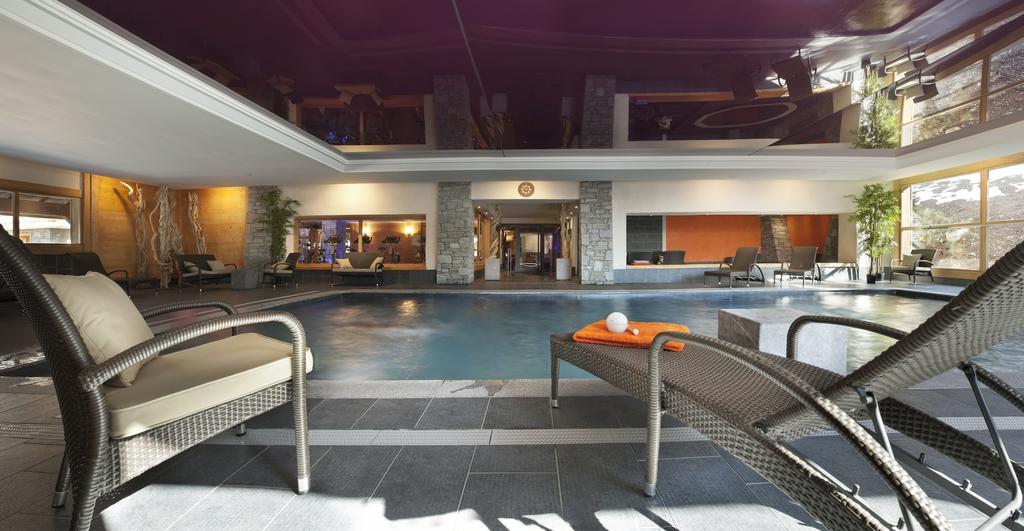 The indoor swimming pool at Les Chalets de Jouvence Les Carroz